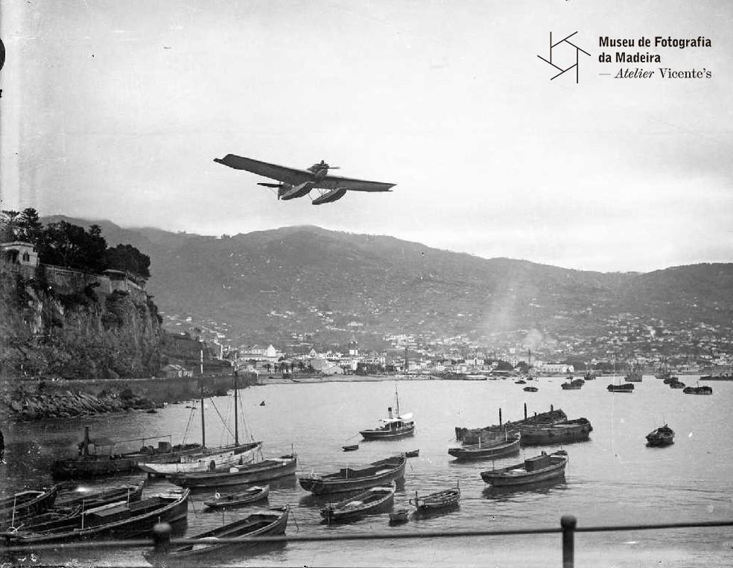 Hidroavião Infante Sagres a sobrevoar a baía do Funchal